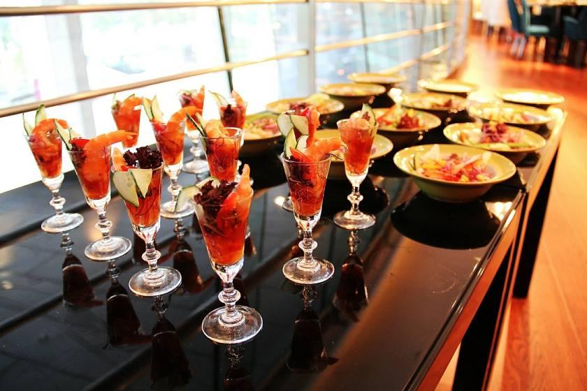 Usa copas de cristal para adornar un buffet