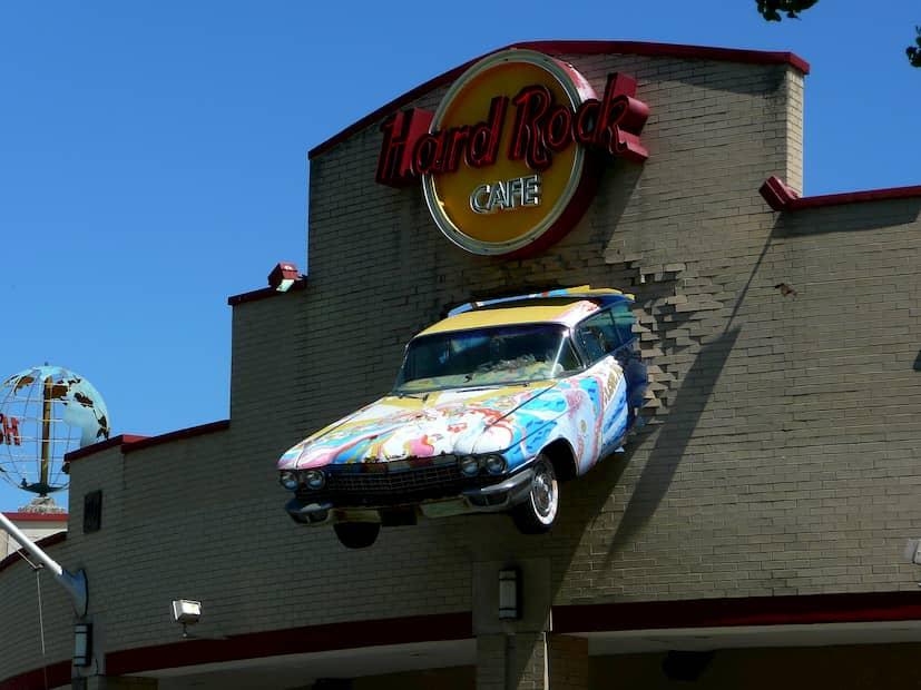 fachada bar con coche incrustado
