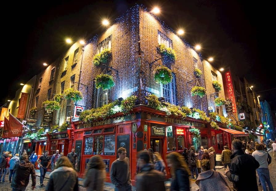 fachada bar con iluminación