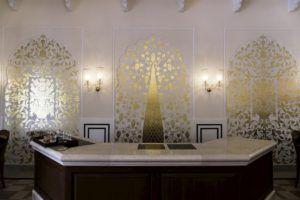 Recepción de un hotel con decoración oriental