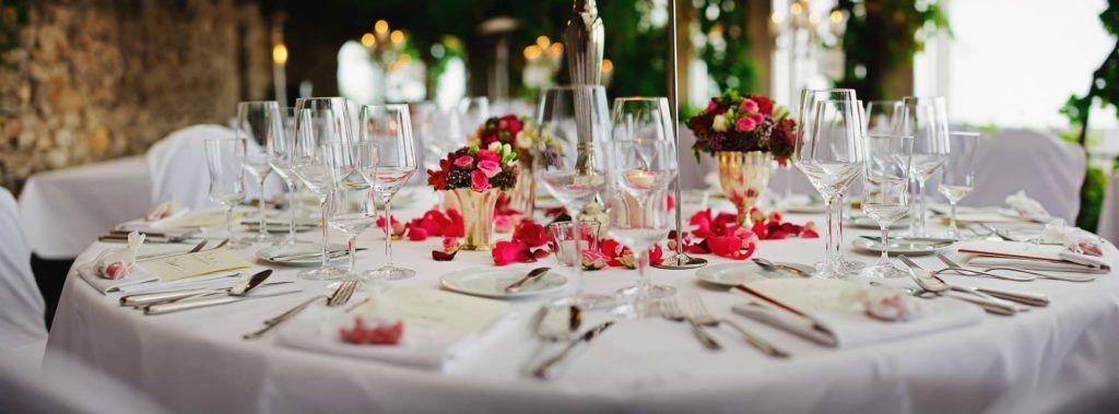 mesa decorada con pétalos para boda