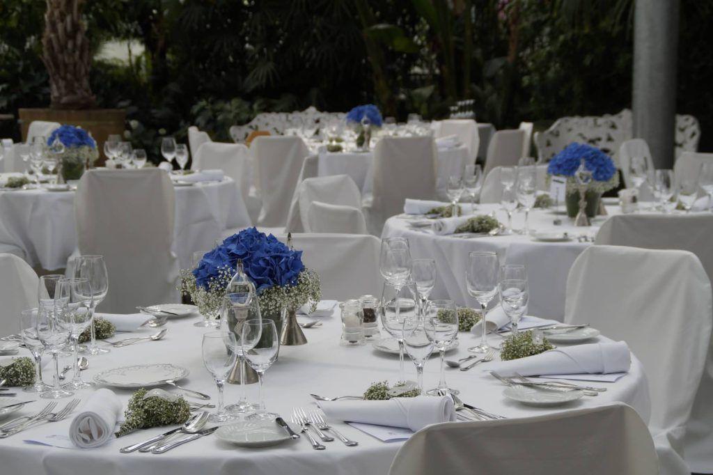 Flores de colores para decorar la mesa de una boda