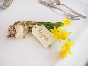 Identificador con ramillete de flores para cada invitado