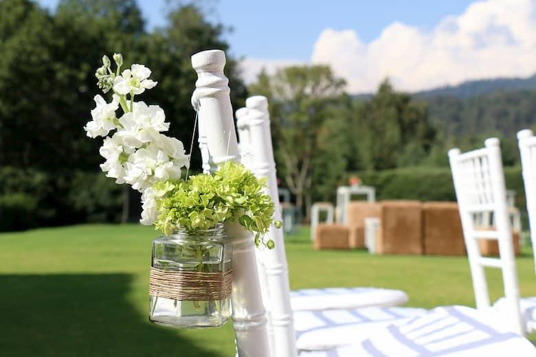 Decoración de sillas de boda con flores naturales