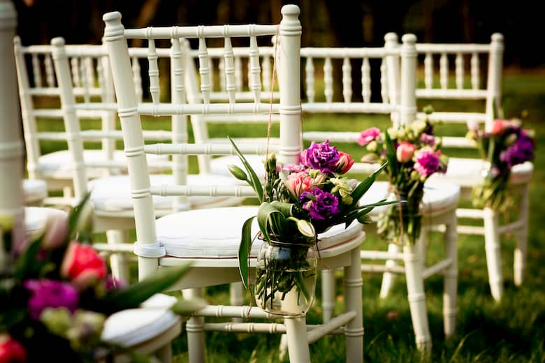 Las flores son una buena opción de decoración en las sillas de boda