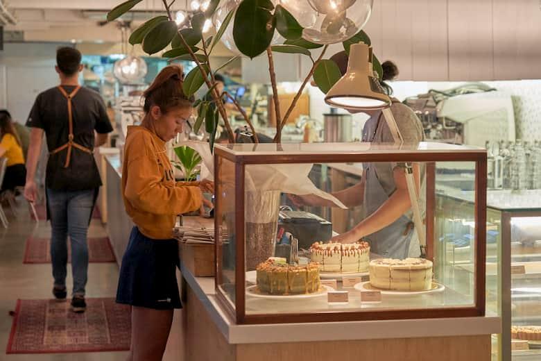 mostrador vistoso en una pastelería