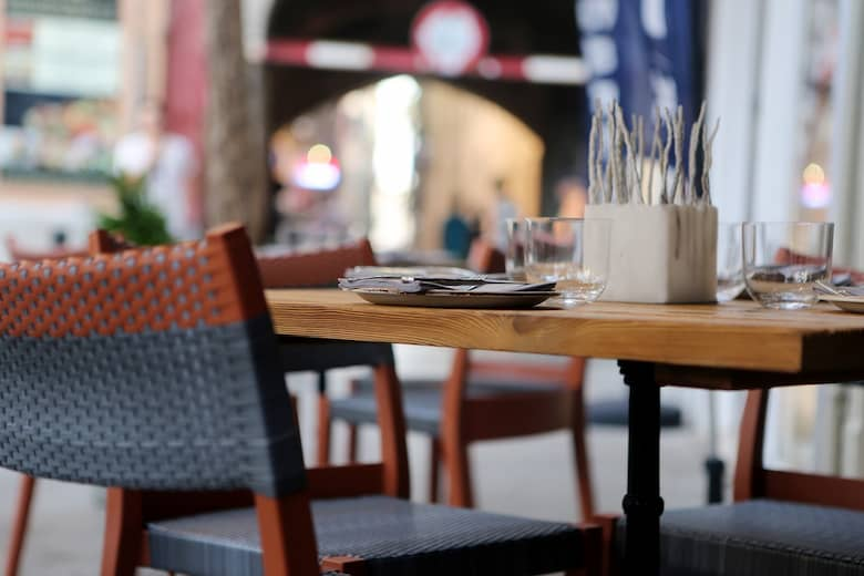 mesas y sillas para una pastelería