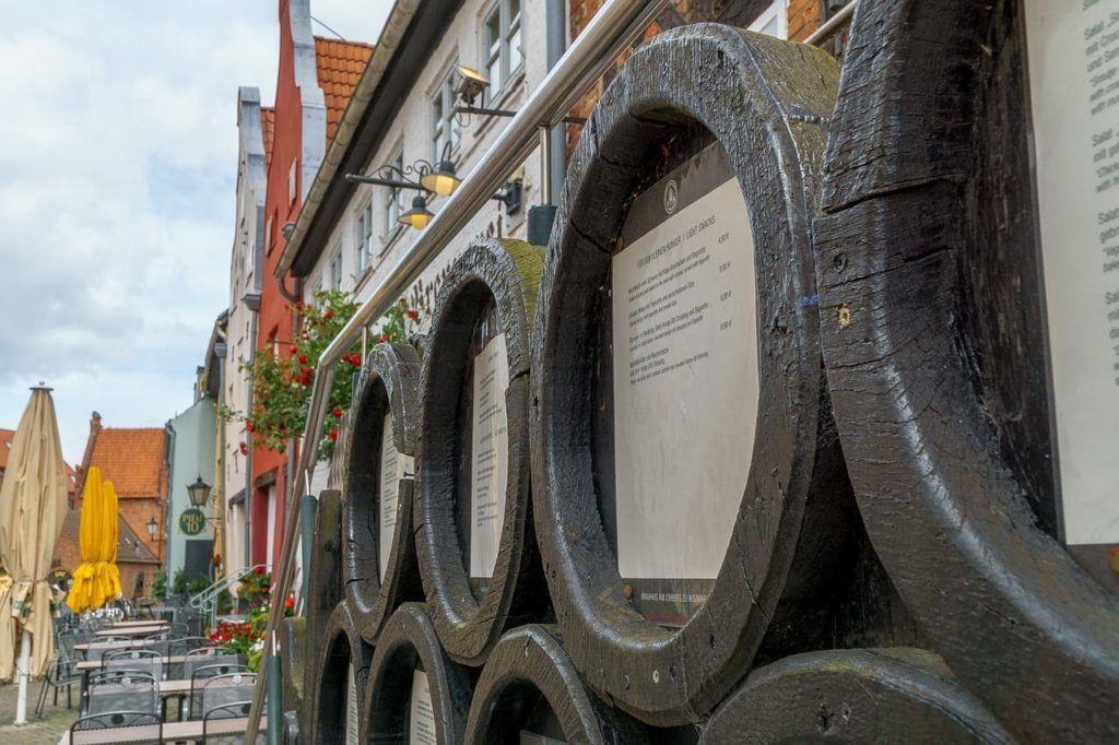 La decoración de madera y con barriles es indispensable si abres una cervecería