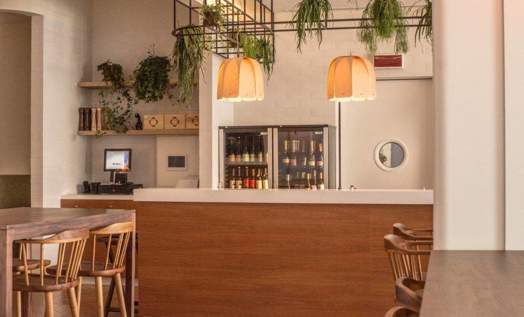 Restaurante vegetariano decorado con madera y plantas