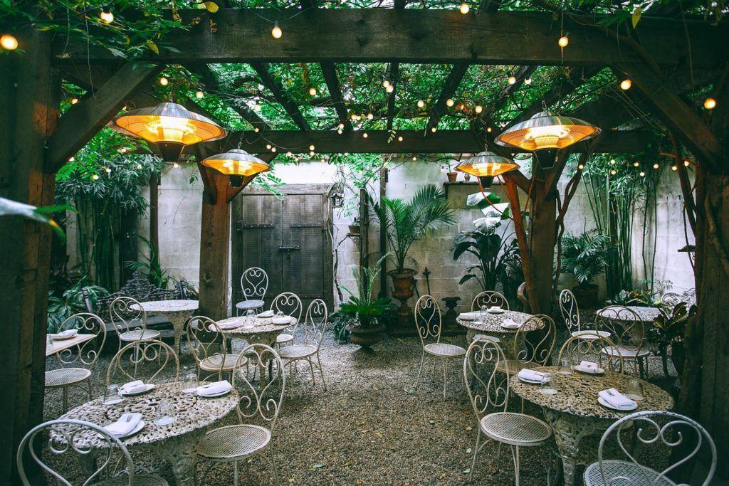 Decora tu restaurante vegetariano con plantas naturales